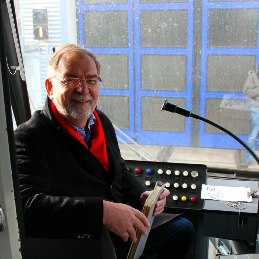 üstra Vorstand Wilherlm Lindenberg im Fahrerstand des TW 601